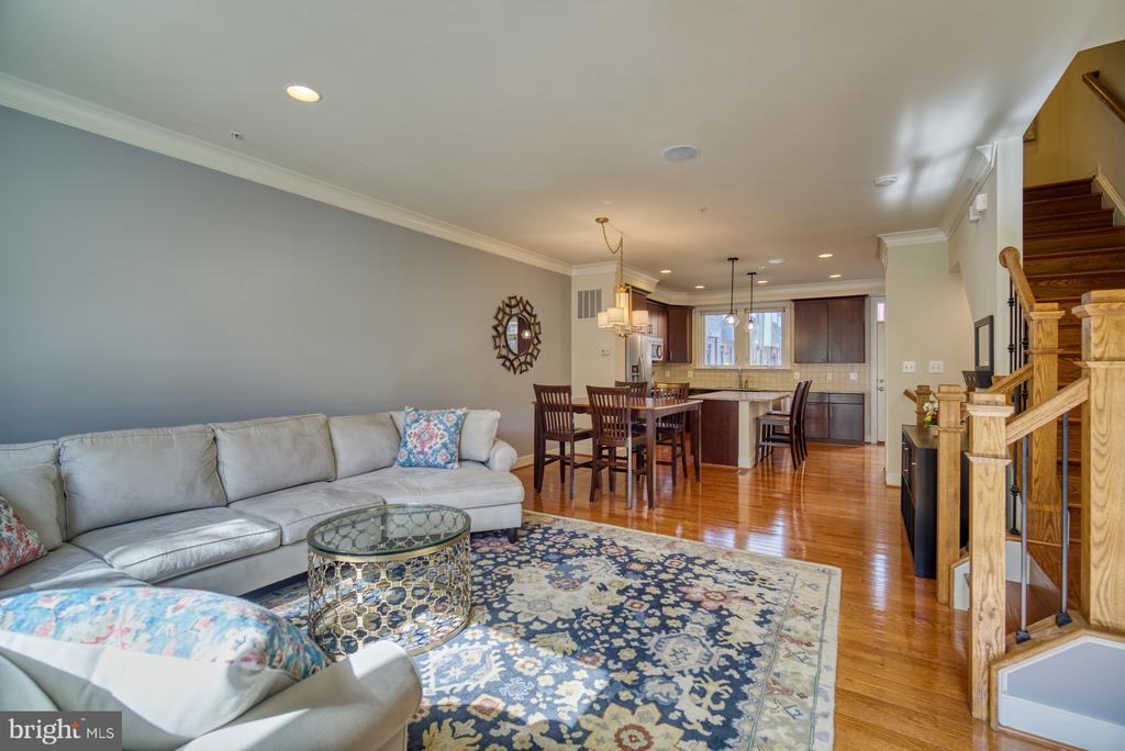Open floorplan into dining/kitchen - 2990 DISTRICT AVE, FAIRFAX