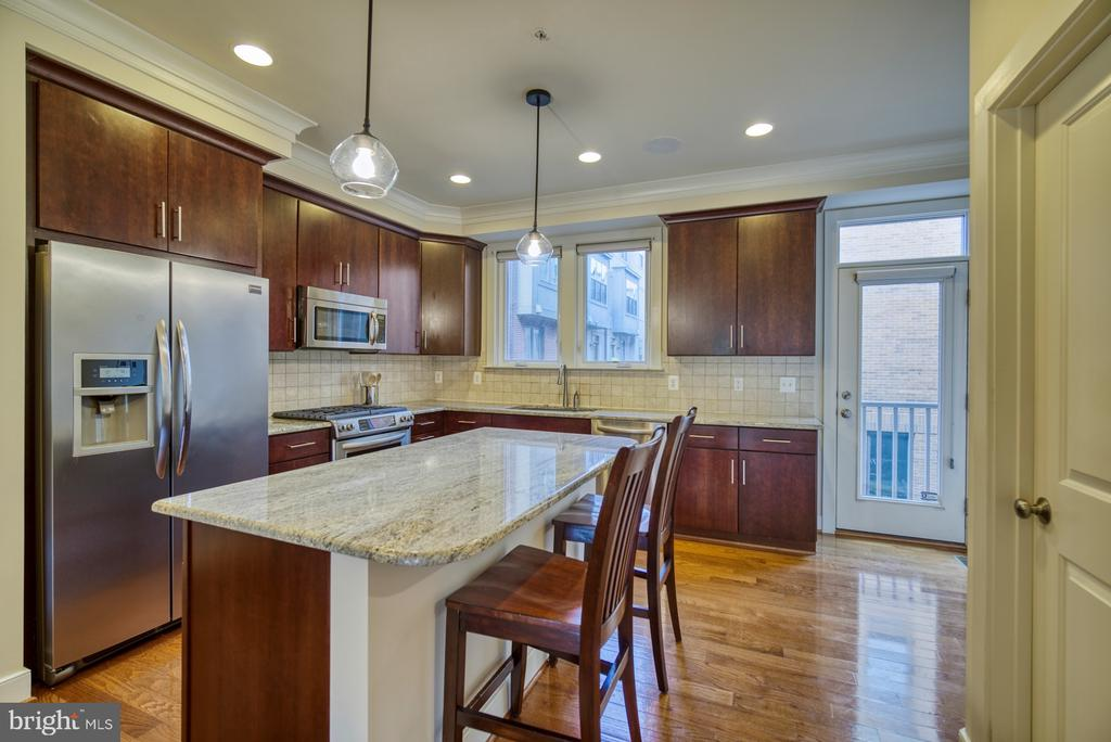 Gourmet kitchen upgraded extensively - 2990 DISTRICT AVE, FAIRFAX