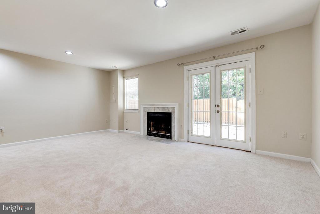 Walk-out lower level family room - 9698 POINDEXTER CT, BURKE