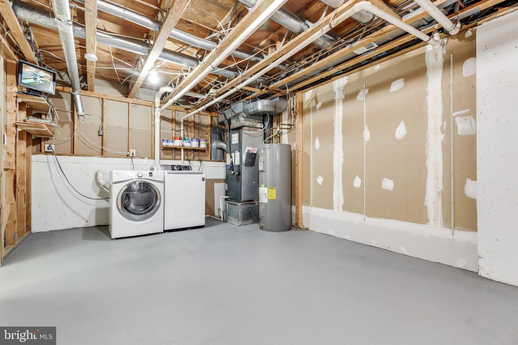 Large laundry and storage room - 9698 POINDEXTER CT, BURKE