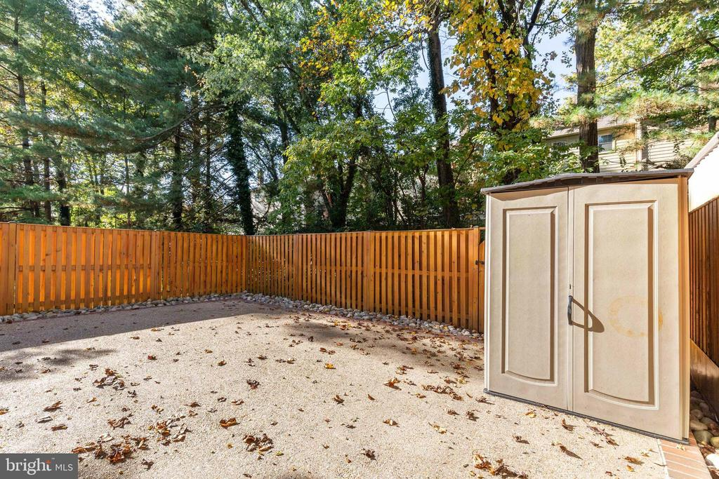 Fully fenced backyard patio - 9698 POINDEXTER CT, BURKE