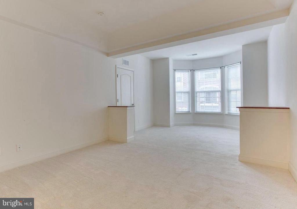 Owner's BR w/ sitting room & bay window - 9202 CHARLESTON DR #301, MANASSAS