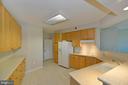 Wonderful kitchen with raised snack bar - 19350 MAGNOLIA GROVE SQ #211, LEESBURG