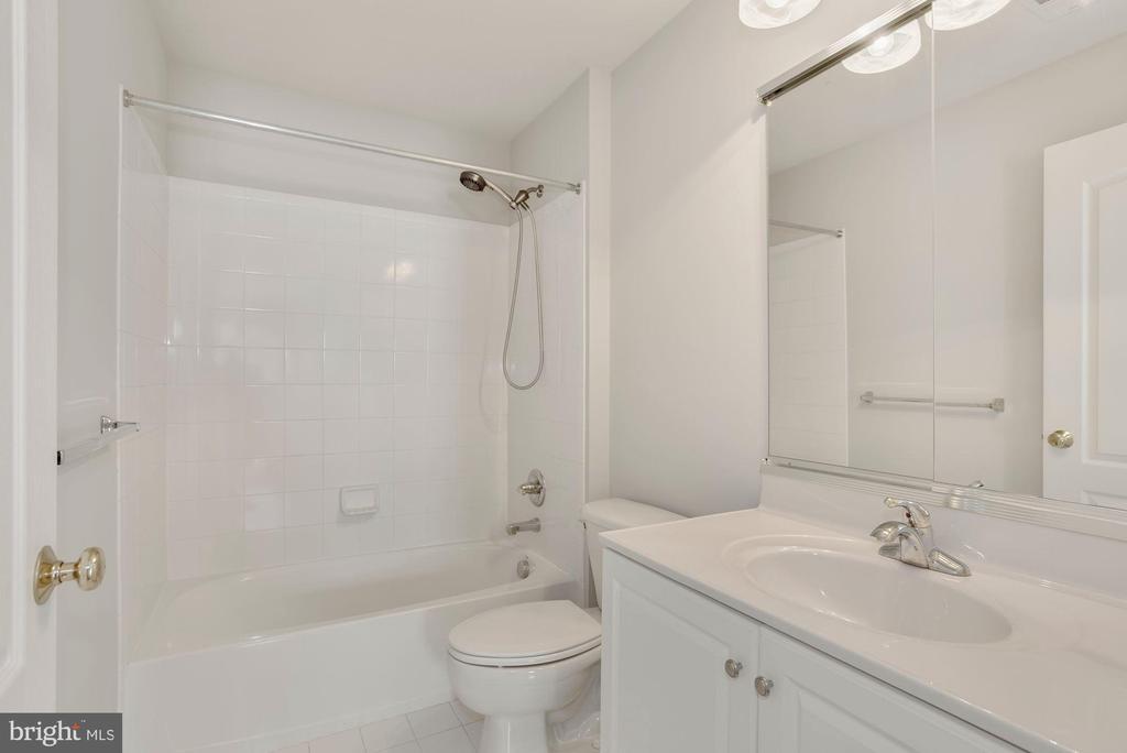 Upper Level Hall Bath - 43218 BALTUSROL TER, ASHBURN