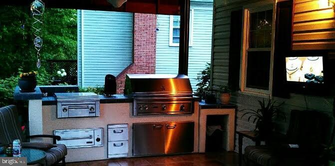 Outdoor Kitchen/Grill - 9115 FISHERMANS LN, SPRINGFIELD