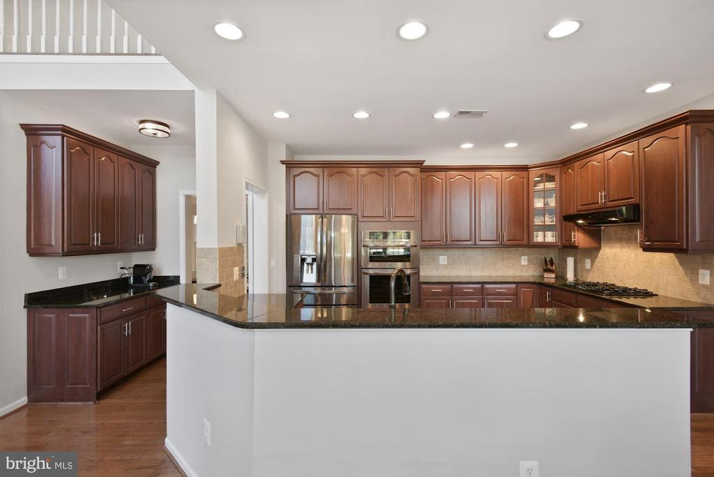 Huge Kitchen with Butlers Pantry - 19658 OLYMPIC CLUB CT, ASHBURN