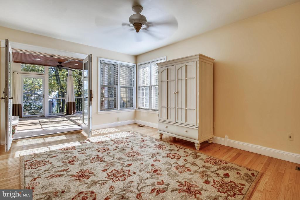 Family Room opens to large Screened In Porch - 1636 STOWE RD, RESTON