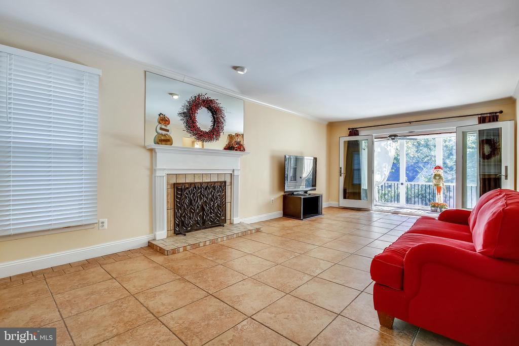 Large Living Room opens to Screened In Porch - 1636 STOWE RD, RESTON