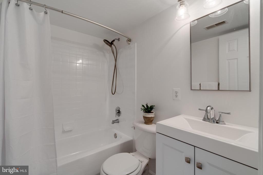 Upstairs Full bath - 1401 N VAN DORN ST #C, ALEXANDRIA