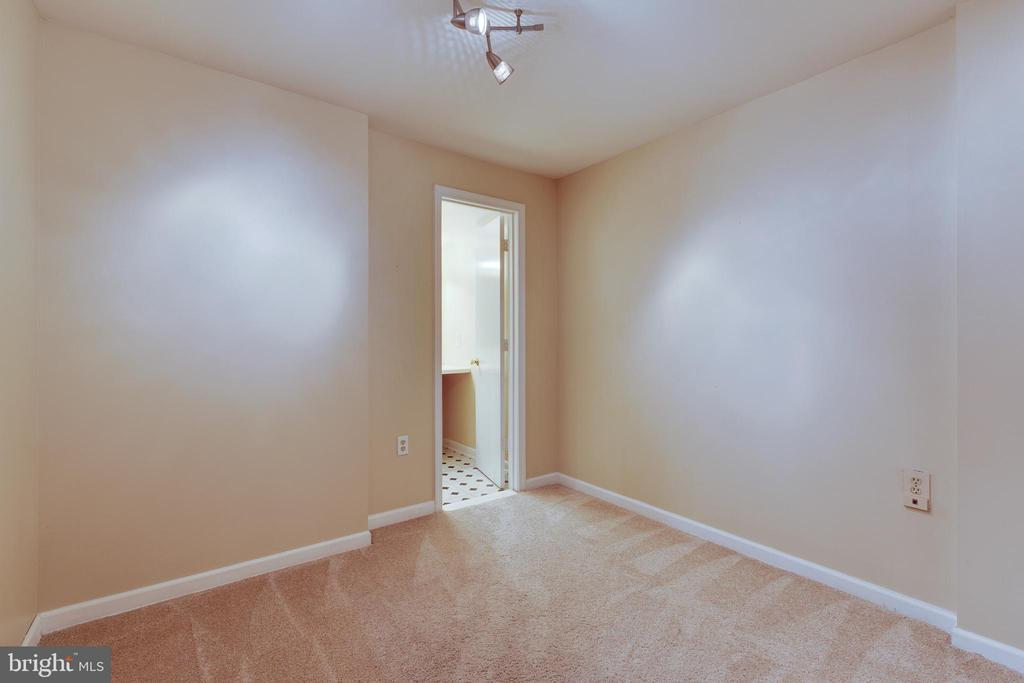 Den/office/exercise room in basement w/ full bath - 77 SOUTHALL CT, STERLING