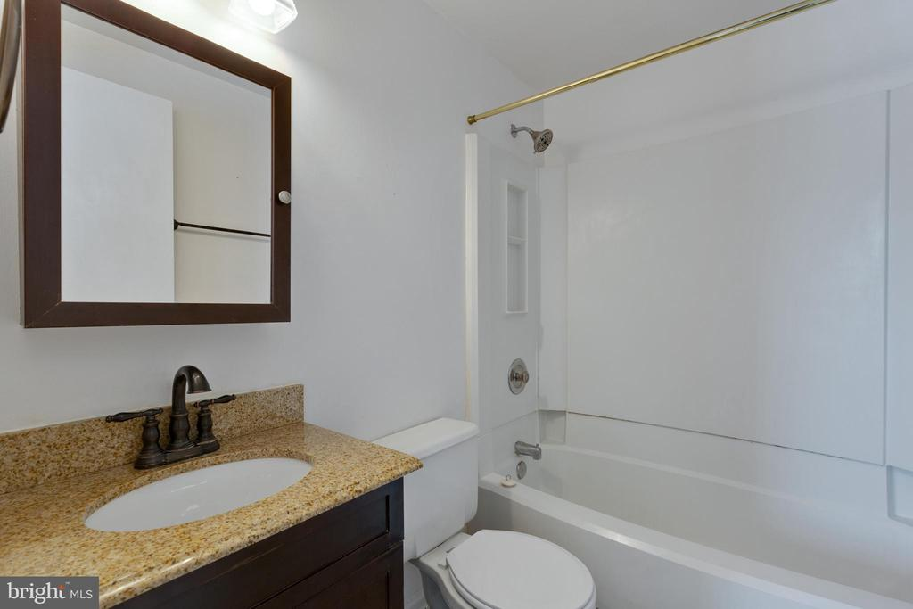 Bath off master bedroom - 77 SOUTHALL CT, STERLING