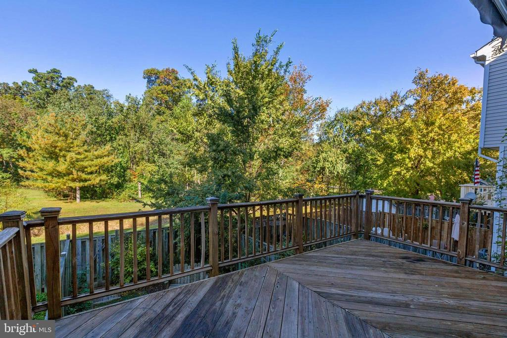 Private deck backing to open space - 77 SOUTHALL CT, STERLING
