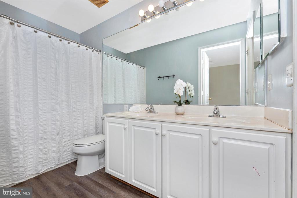 Upper Level Full Bathroom - 1772 ALGONQUIN RD, FREDERICK