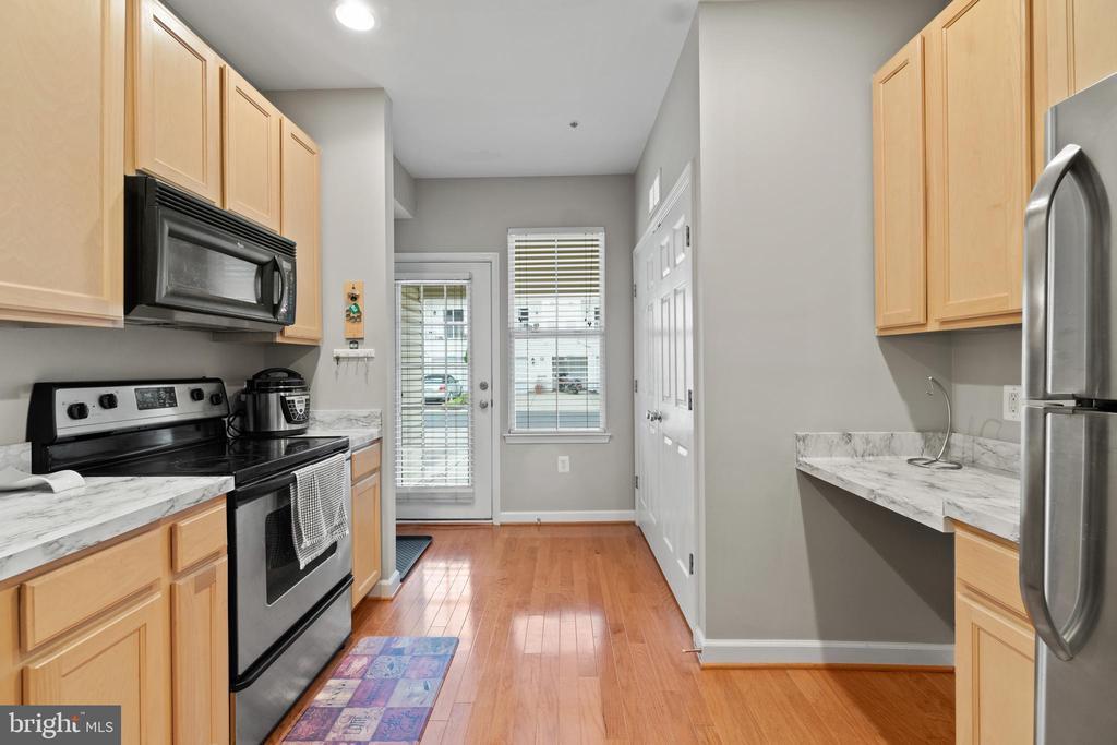 Kitchen with Stainless Appliances - 42453 ROCKROSE SQ, BRAMBLETON