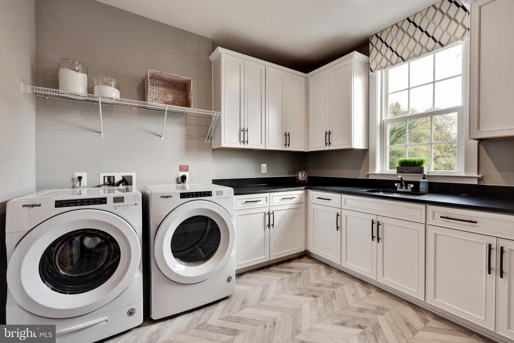 Large laundry room on bedroom level with cabinets - 600 W K ST, PURCELLVILLE