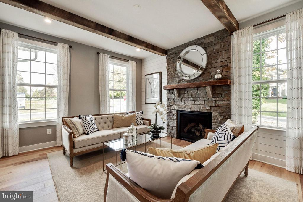 Custom gas fireplace in living room - 600 W K ST, PURCELLVILLE