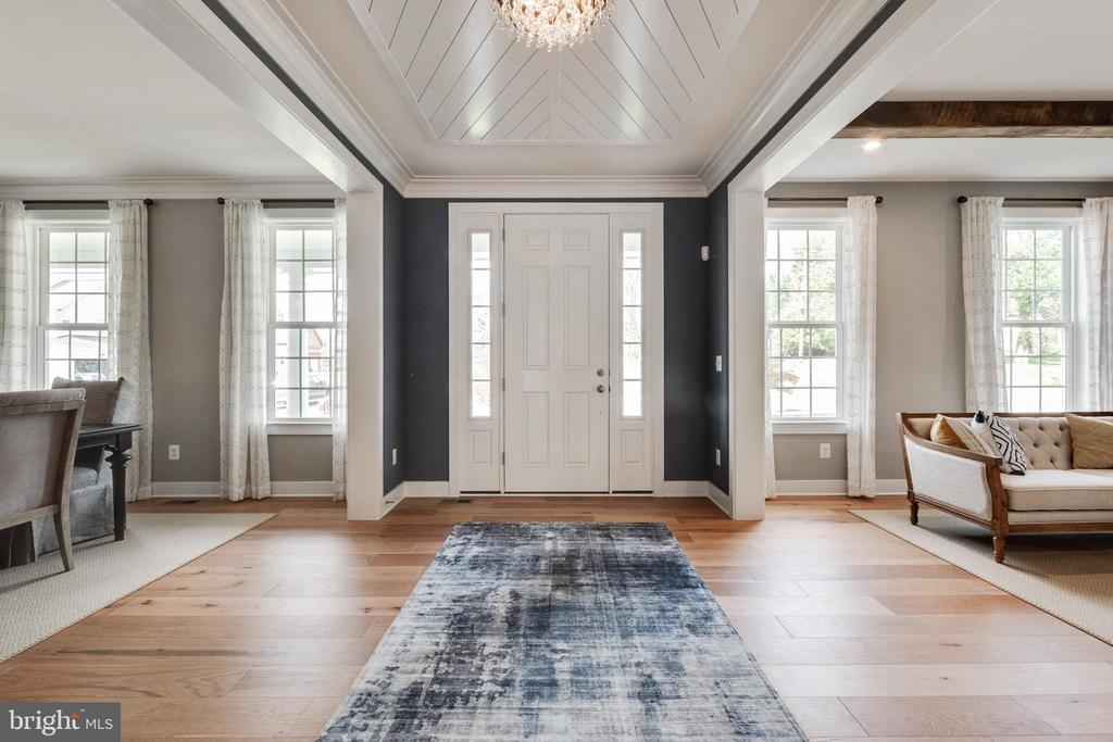 Unique entry foyer with shiplap ceiling - 600 W K ST, PURCELLVILLE