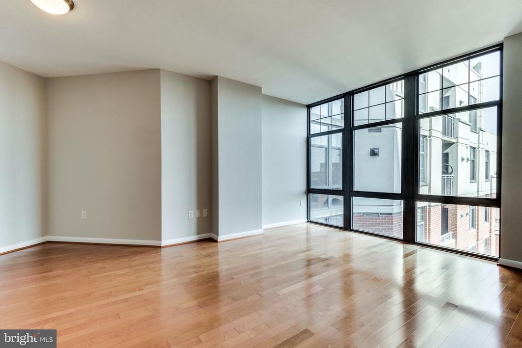 Large windows providing tons of natural light - 1021 N GARFIELD ST #714, ARLINGTON