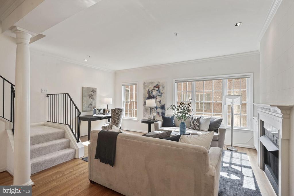 Sunny and spacious family room - 1174 N VERNON ST, ARLINGTON