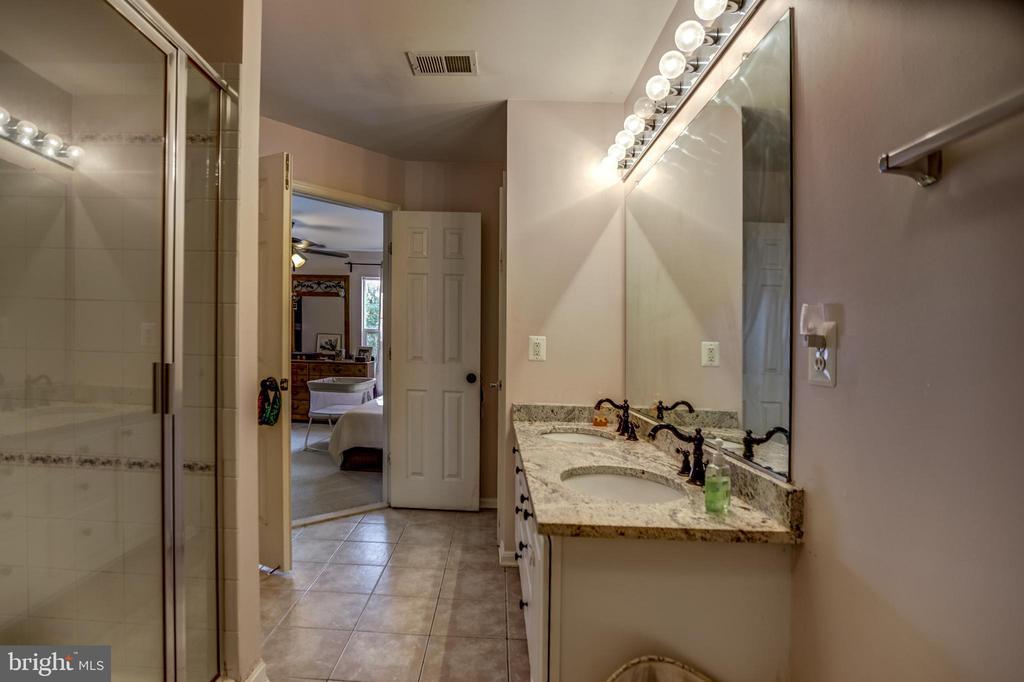 Master bathroom with granite countertops - 7700 DUNEIDEN LN, MANASSAS