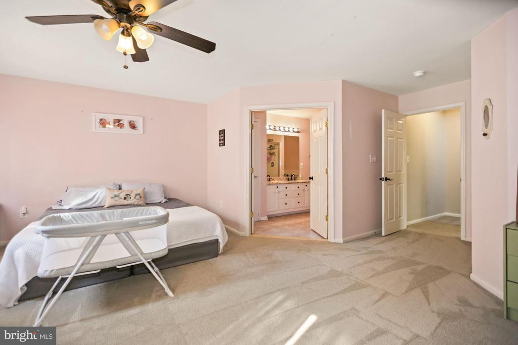 master bedroom with en suite - 7700 DUNEIDEN LN, MANASSAS