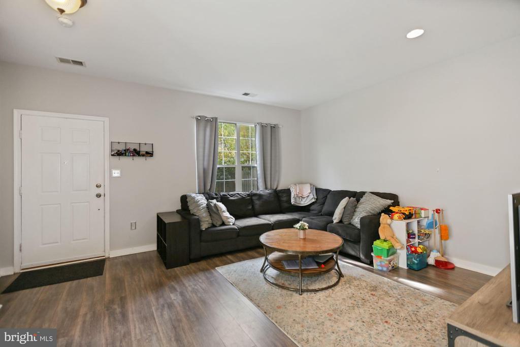 light and bright living room - 7700 DUNEIDEN LN, MANASSAS