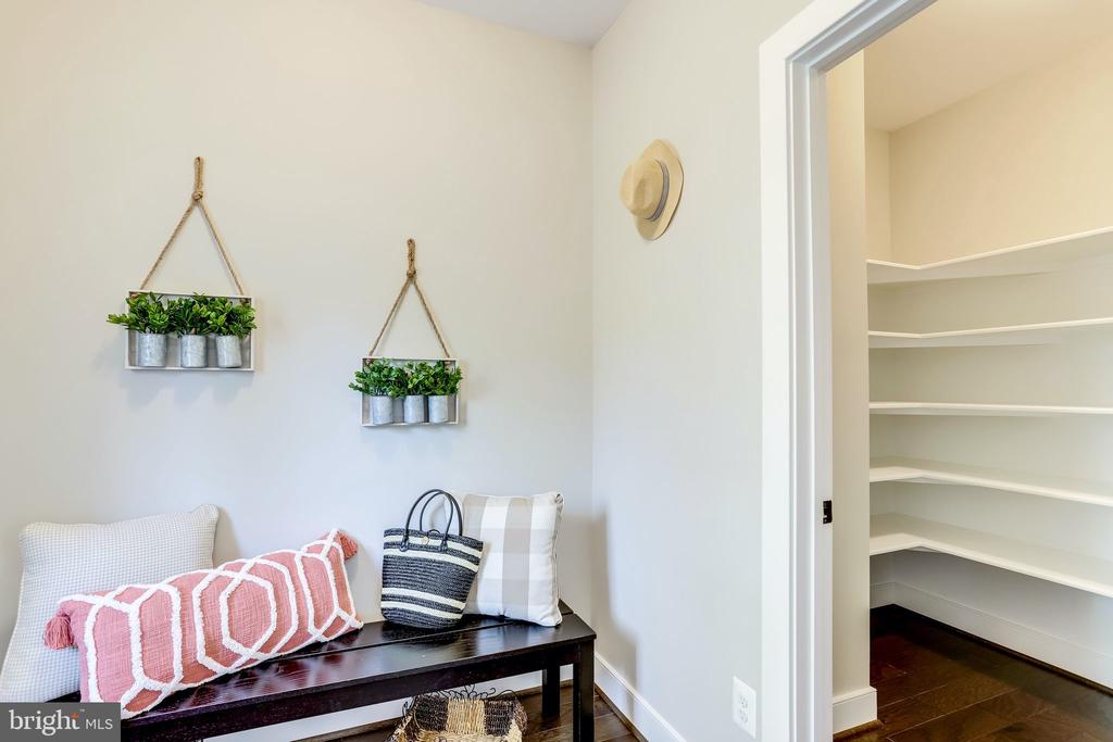 Mud room and pantry - 224 N NELSON ST, ARLINGTON