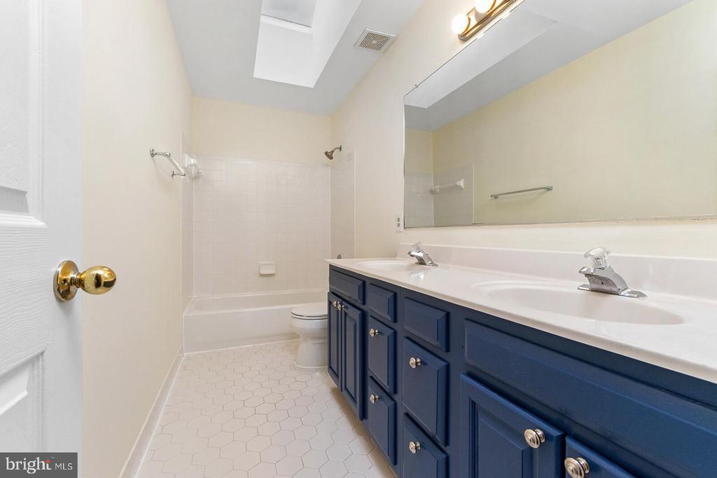 Upstairs Jack & Jill Bathroom - 20588 TANGLEWOOD WAY, STERLING