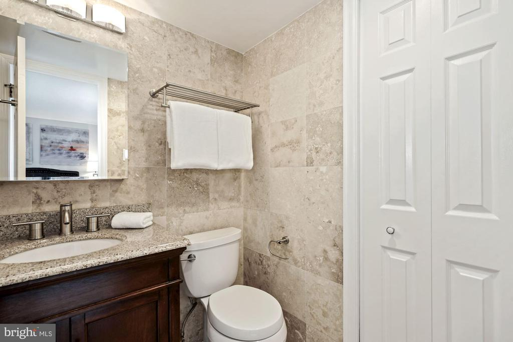 Owner's bath w/granite-top vanity & linen closet - 1301 N COURTHOUSE RD #801, ARLINGTON