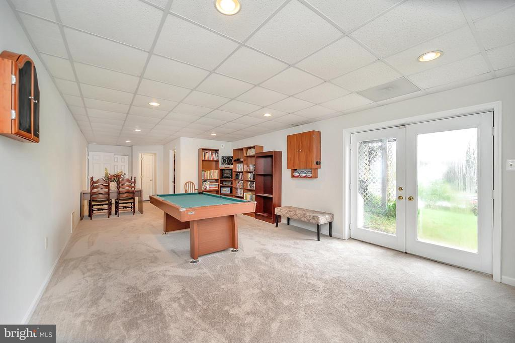 Game time!!! Enormous game room wi/backyard access - 20 VAN HORN LN, STAFFORD
