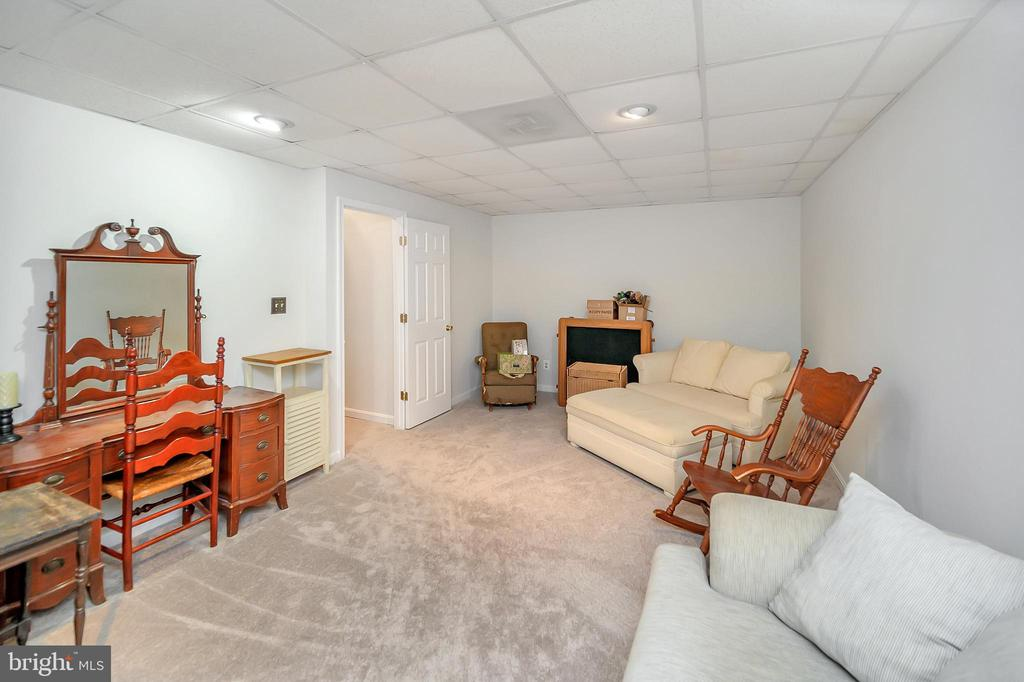 Office, den or quest room! Make it your own. LL - 20 VAN HORN LN, STAFFORD