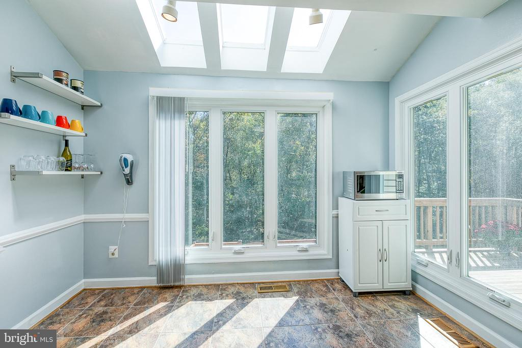 Lots of natural light in the Kitchen - 3608 EAGLE ROCK CT, WOODBRIDGE