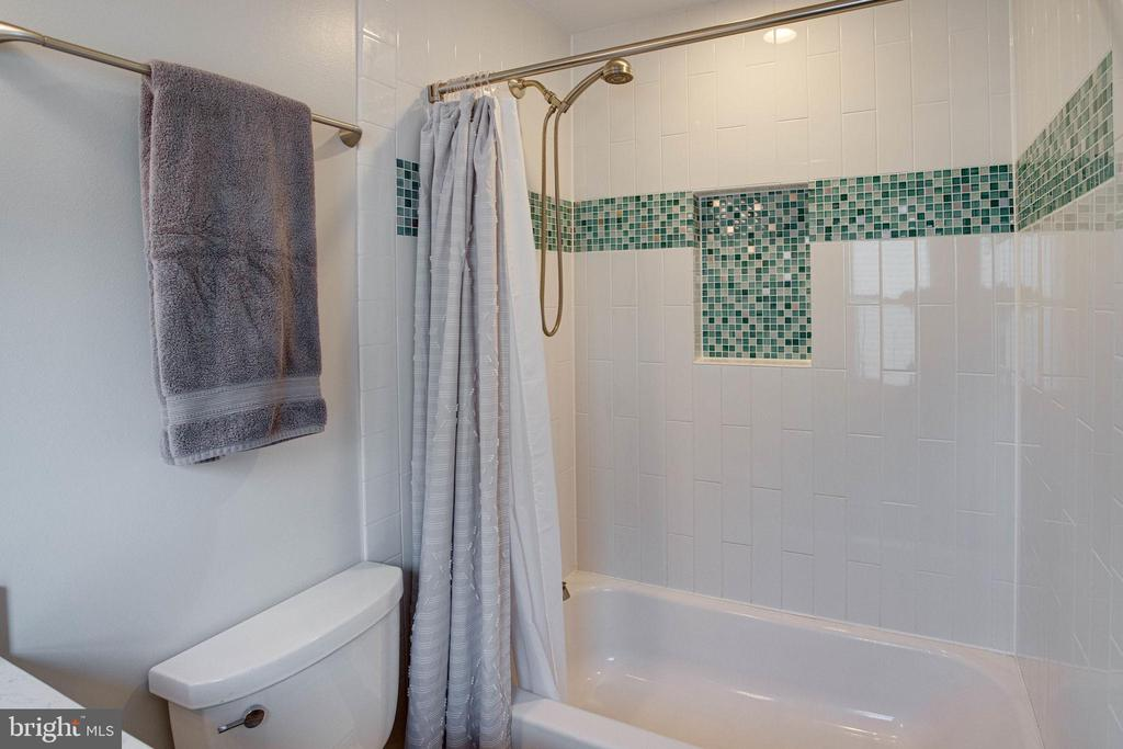 Gorgeous new tile and tub - 5 DARIAN CT, STERLING