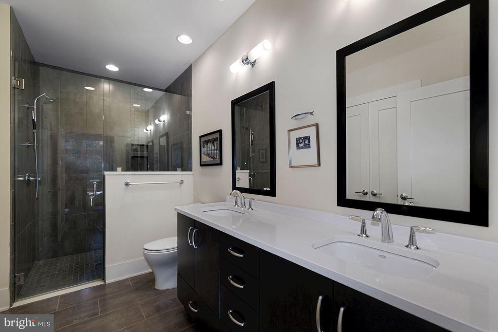 Owner Bathroom - 5204 WILLET BRIDGE CT, BETHESDA