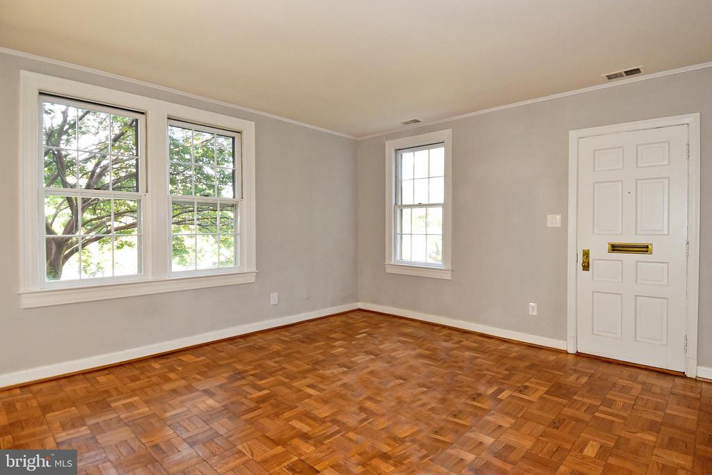 Living Room with 3 windows - 1600 S BARTON ST #747, ARLINGTON