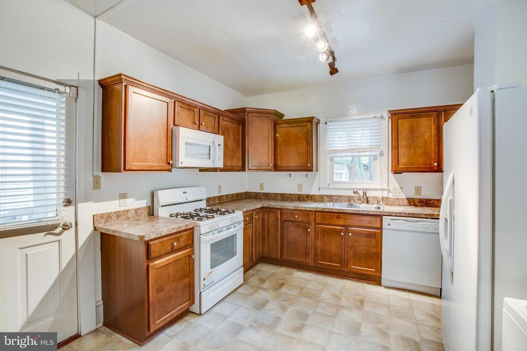 Left side kitchen - 313 WOLFE ST, FREDERICKSBURG