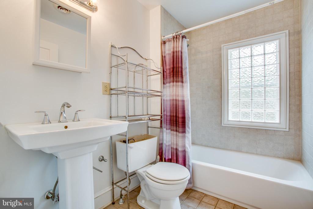 Left side Full bathroom - 313 WOLFE ST, FREDERICKSBURG