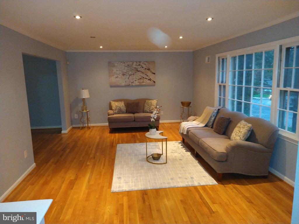 Living room - 2409 MISTLETOE PL, ADELPHI