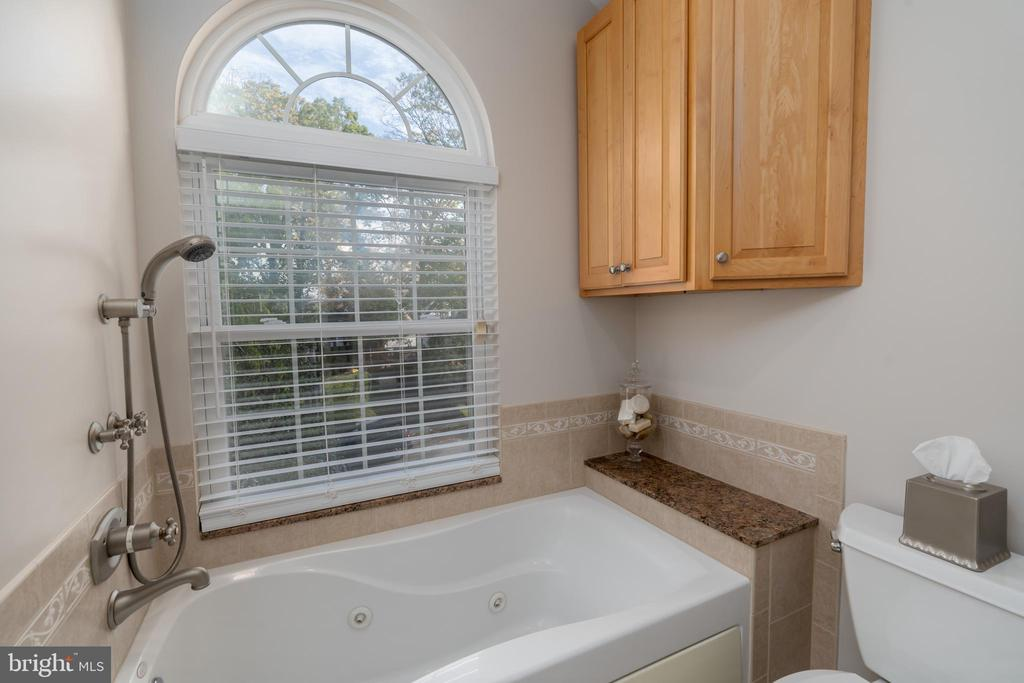 Jetted soaking tub - 3502 HALCYON DR, ALEXANDRIA