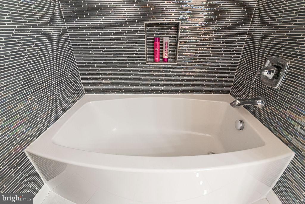 Huge soaking tub - 46580 DRYSDALE TER #300, STERLING
