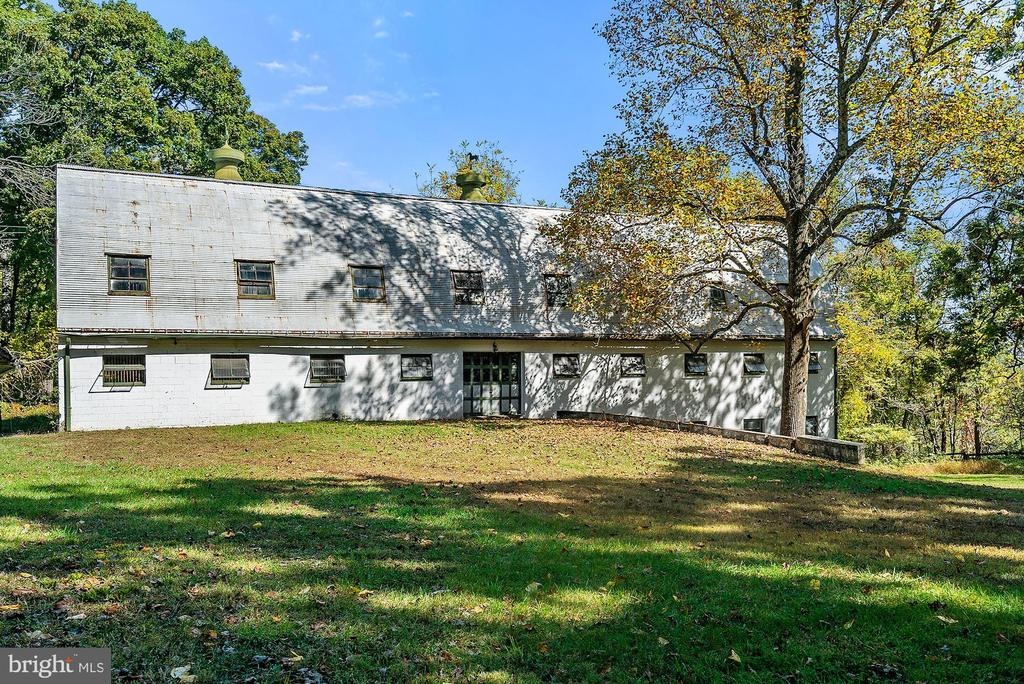 Hayloft and 2BR apartment above, equipment below - 40568 HIDDEN HILLS LN, PAEONIAN SPRINGS