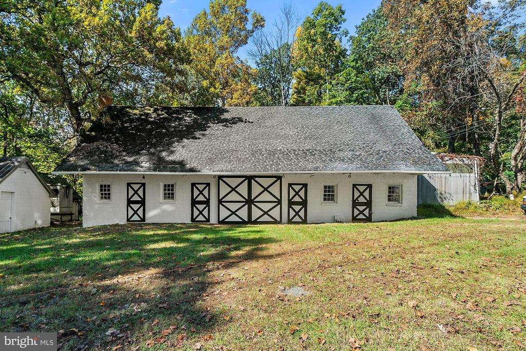 4 stall shed row barn - 40568 HIDDEN HILLS LN, PAEONIAN SPRINGS