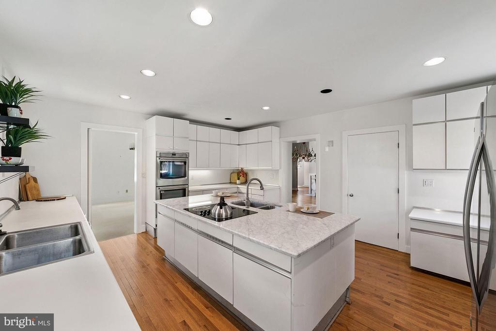 Large kitchen island - 40568 HIDDEN HILLS LN, PAEONIAN SPRINGS