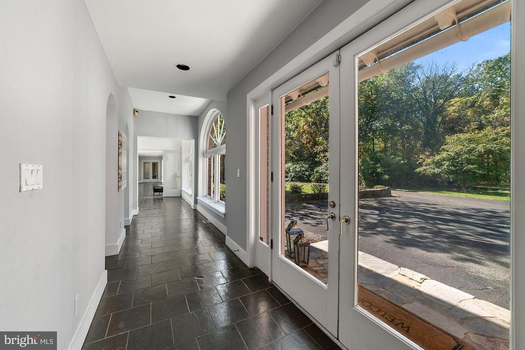 Enclosed Loggia to the contemporary wing - 40568 HIDDEN HILLS LN, PAEONIAN SPRINGS