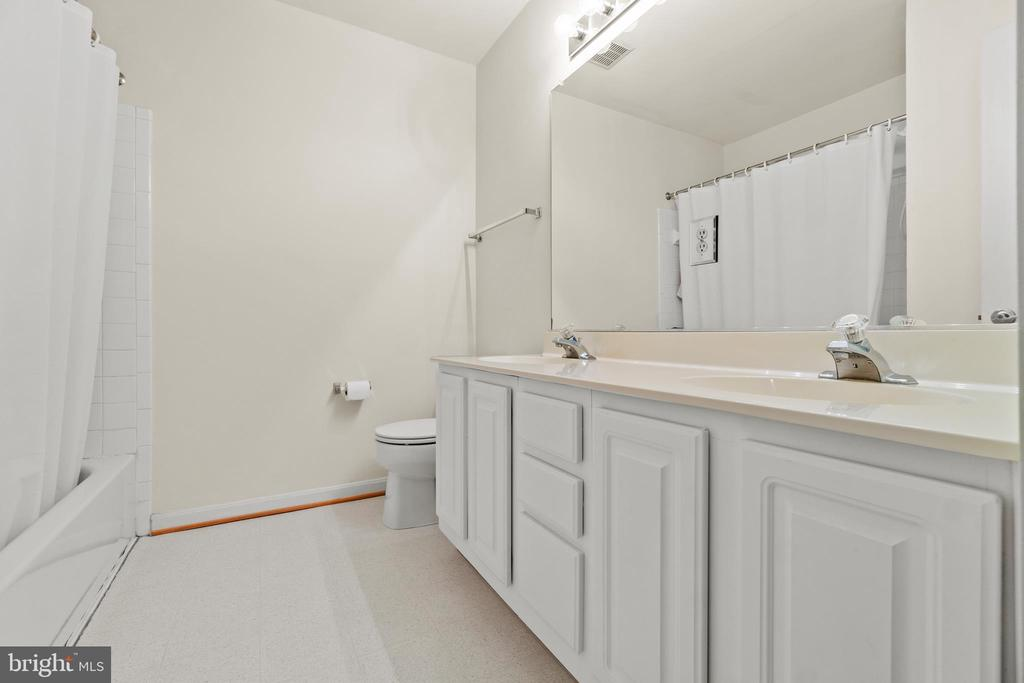 Owners Bathroom - 10206 MAGNOLIA GROVE DR, MANASSAS