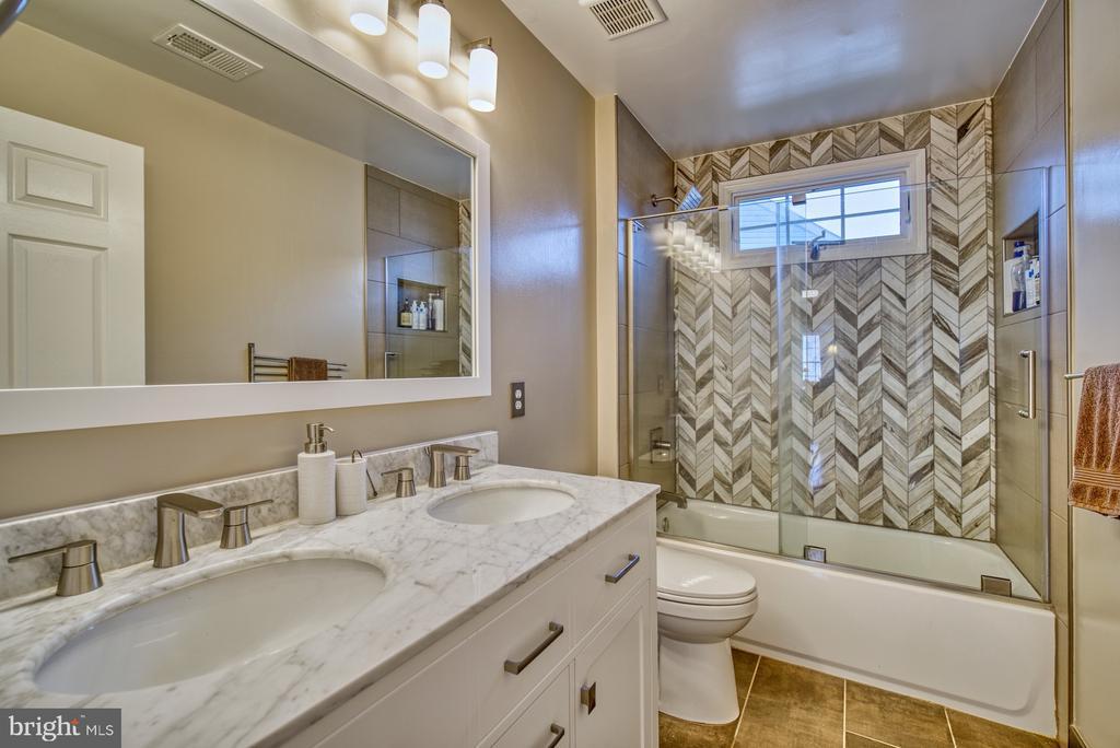 Hall Full Bathroom - 10868 GROVEHAMPTON CT, RESTON