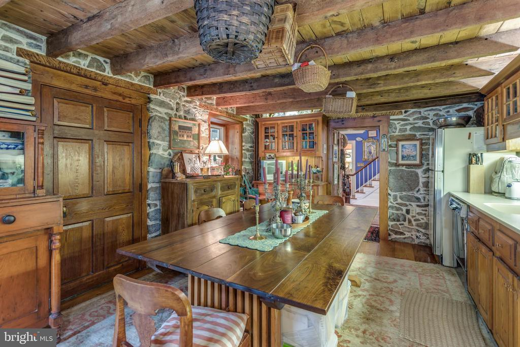 Kitchen w'original exposed beams. - 19010 GUINEA BRIDGE RD, PURCELLVILLE