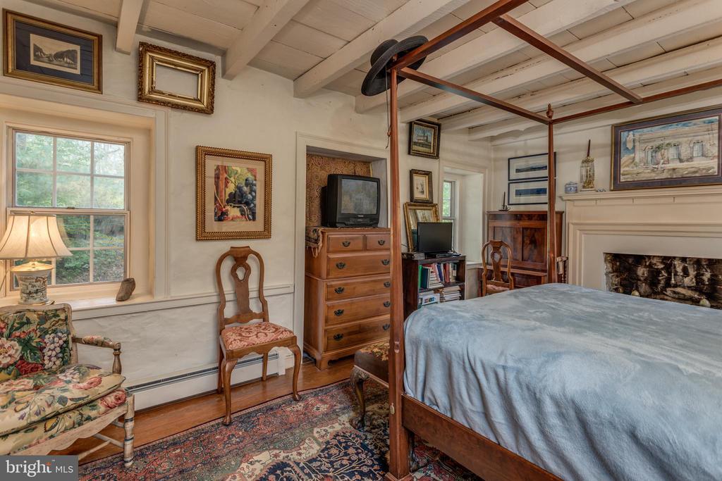 Master Bedroom original exposed beams - 19010 GUINEA BRIDGE RD, PURCELLVILLE