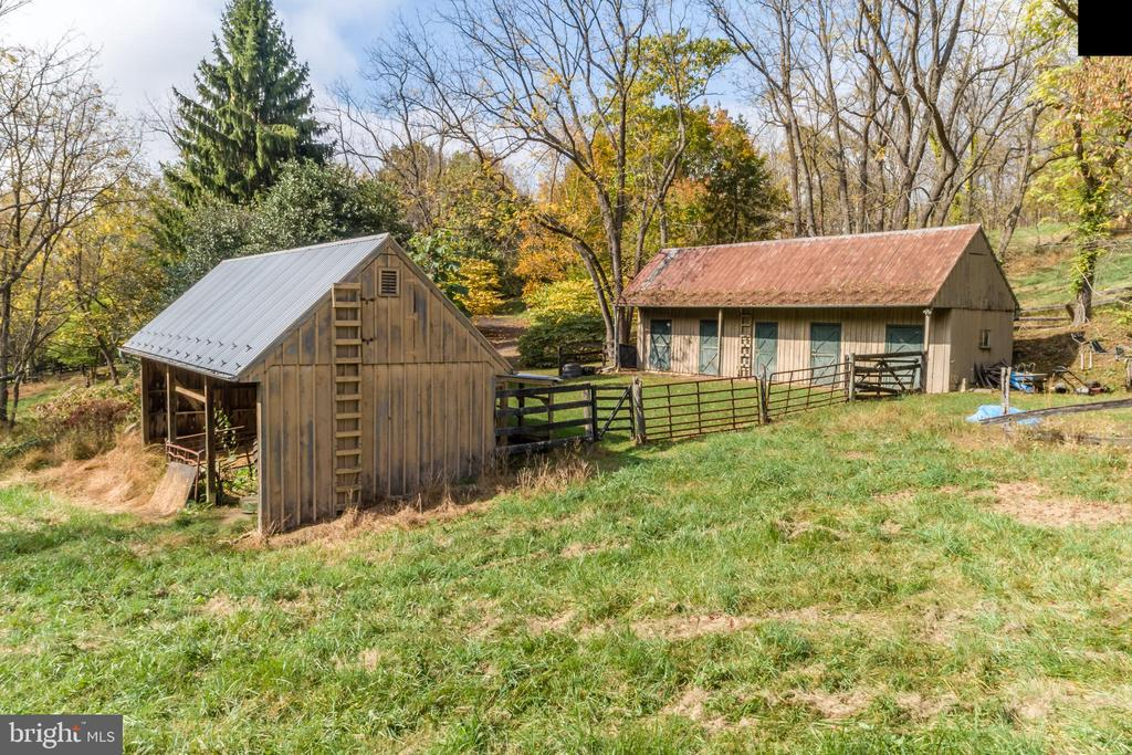 Proximity of Barn to Machine Shed - 19010 GUINEA BRIDGE RD, PURCELLVILLE