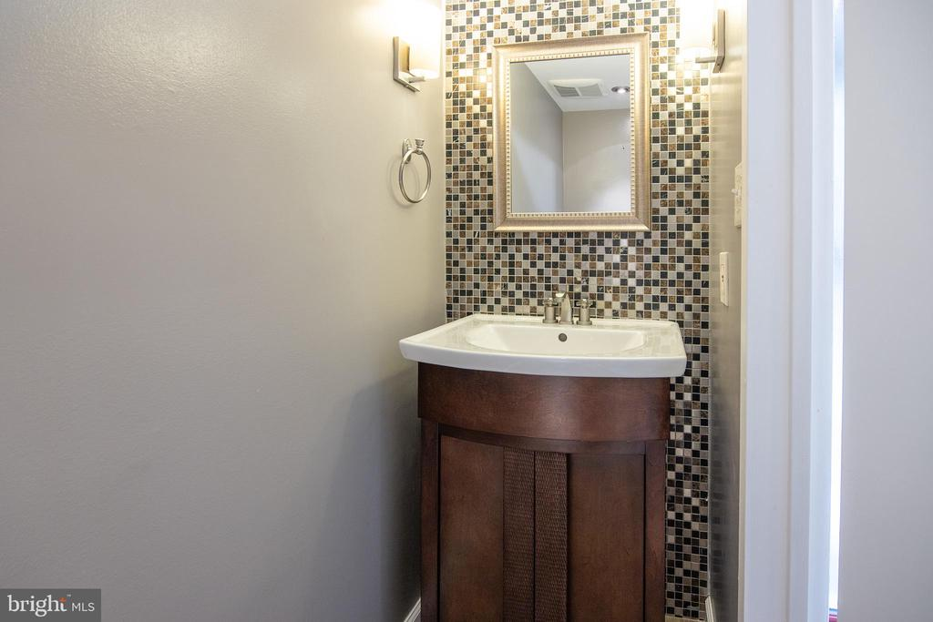 Main level powder room - 11580 WOODHOLLOW CT, RESTON